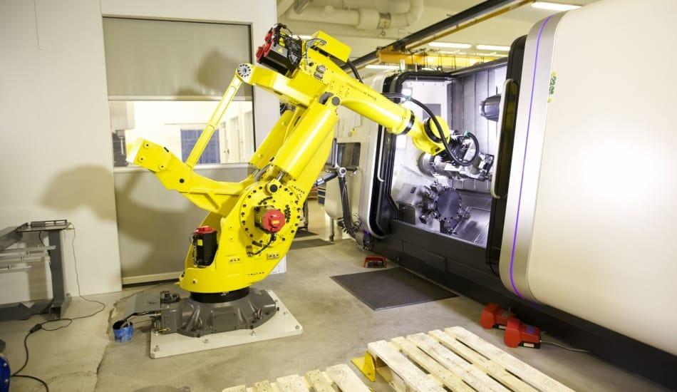 Erikoisvalmistussolu ja Fanuc-robotti toiminnassa.